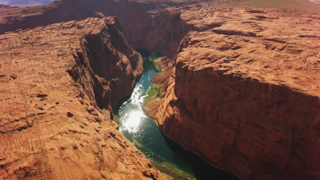 vídeos de stock e filmes b-roll de aerial above the colorado river and glen canyon - grand canyon national park