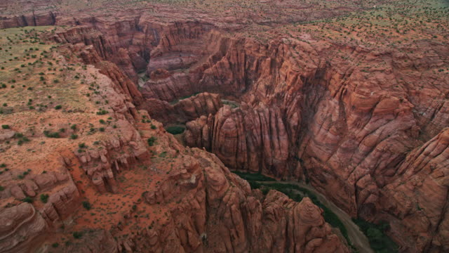 aerial über dem colorado river im grand canyon bei sonnenuntergang - grand canyon stock-videos und b-roll-filmmaterial