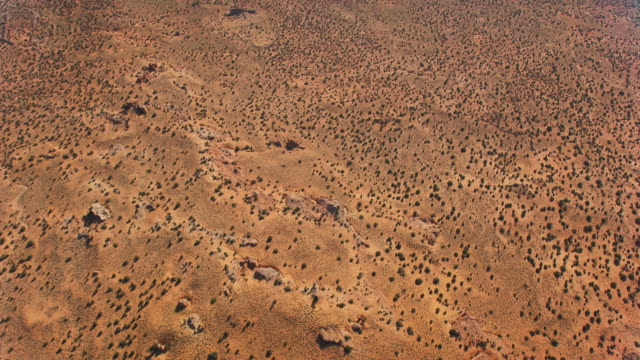 vídeos de stock e filmes b-roll de aerial above the desert landscape in arizona, usa - sudoeste dos estados unidos