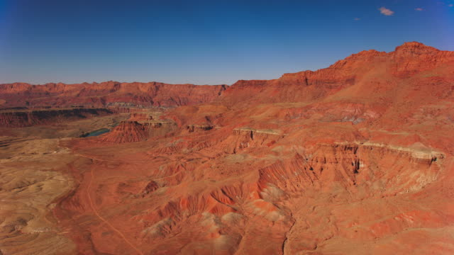 antenna sopra il deserto verso il fiume colorado - grand canyon video stock e b–roll