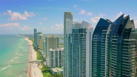 vídeos y material grabado en eventos de stock de aerial sobre los hoteles en miami beach en florida - hotel de lujo