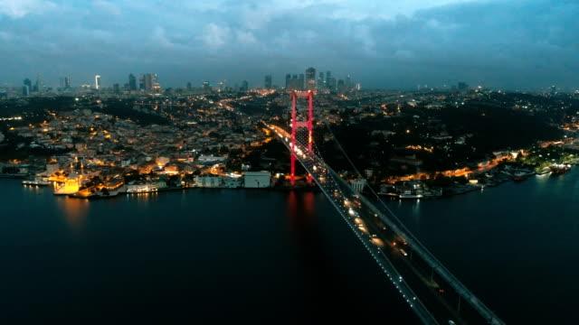 stockvideo's en b-roll-footage met boven de bosporus-brug van istanbul (lichten uit) - 15 juli martelaarsbrug