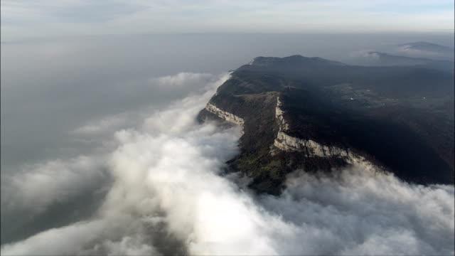 vídeos de stock, filmes e b-roll de acima das montanhas e nuvens ao anoitecer-vista aérea-ródano-alpes, sabóia, arrondissement d ' albertville, frança - rhône alpes