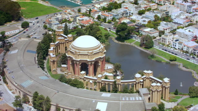 aerial above the palace of fine arts in marina district of the city of san francisco - san francisco california video stock e b–roll