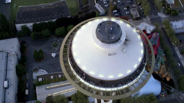vídeos y material grabado en eventos de stock de aerial above the space needle dome in seattle - bahía de elliott