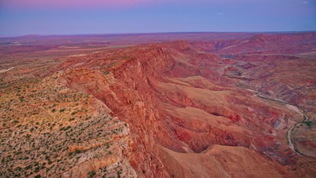 vidéos et rushes de aerial au-dessus des falaises escarpées du grand canyon au crépuscule - parc national du grand canyon