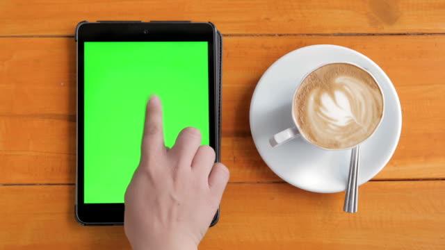 Luftaufnahme der Verwendung digitaler tablet grünen Bildschirm