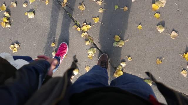 vídeos de stock, filmes e b-roll de vista superficial de um casal caminhando - ponto de vista de caminhada