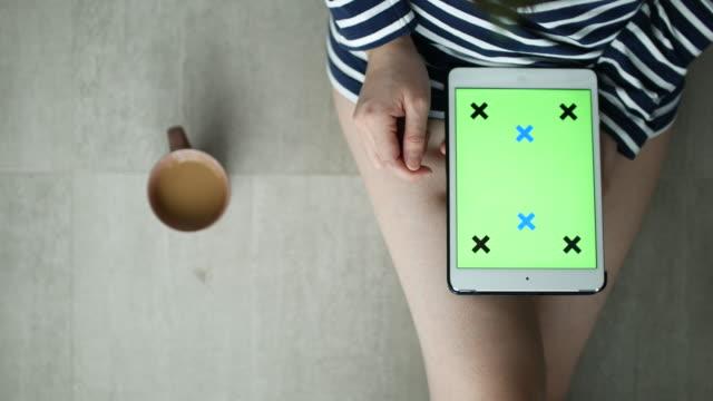 Green Sie über Ansicht von Frau mittels Digital-Tablette screen