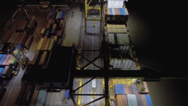 Luftbild oben: Ansicht der Transportbehälter in der Nacht