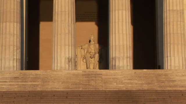 ms, zi, abraham lincoln statue in lincoln memorial, washington dc, washington, usa - lincolndenkmal stock-videos und b-roll-filmmaterial