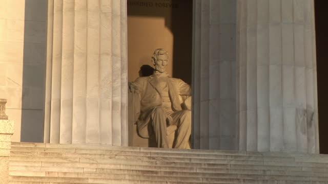 vídeos de stock, filmes e b-roll de ms, zi, abraham lincoln statue in lincoln memorial, washington dc, washington, usa - escultura