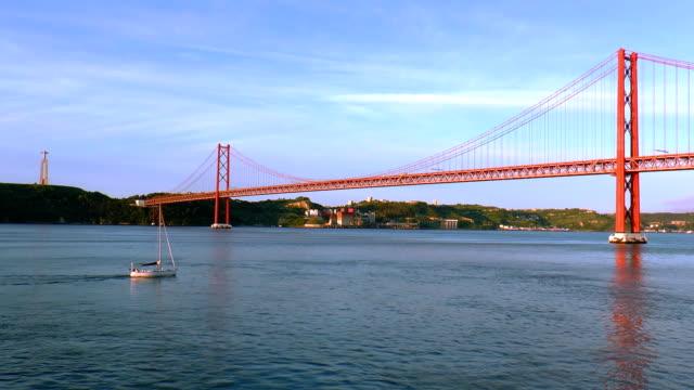 アブリルブリッジ-リスボン,ポルトガル - つり橋点の映像素材/bロール
