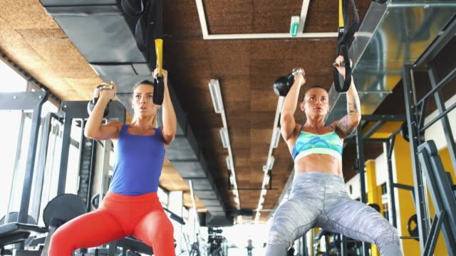 abs und core-training mit tragseile. - legging stock-videos und b-roll-filmmaterial