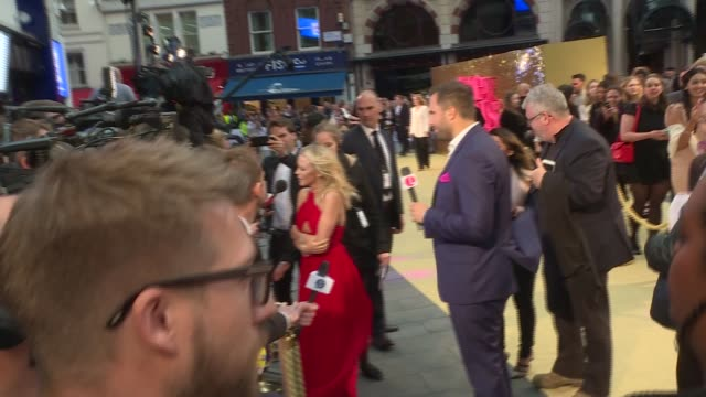 vídeos de stock, filmes e b-roll de the movie' london premiere red carpet arrivals; **music playing intermittently sot** emma bunton chatting to press, posing for photos / bunton... - jonathan ross