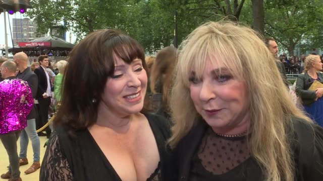 vídeos de stock e filmes b-roll de 'absolutely fabulous the movie' london premiere red carpet arrivals **music playing intermittently sot** general views of people along red carpet /... - helen lederer