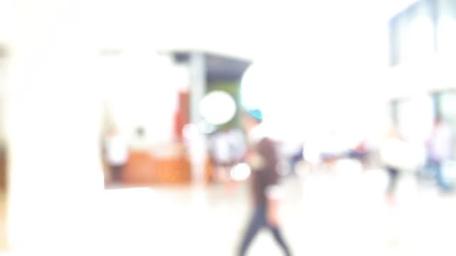 abstrakte und verschwommene szene von menschen, die im einkaufszentrum spazieren gehen - schaufenster stock-videos und b-roll-filmmaterial