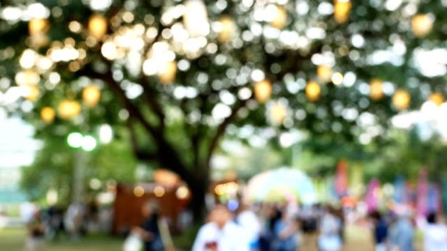 abstrakt unschärfe menschen nacht festival - marktstand stock-videos und b-roll-filmmaterial