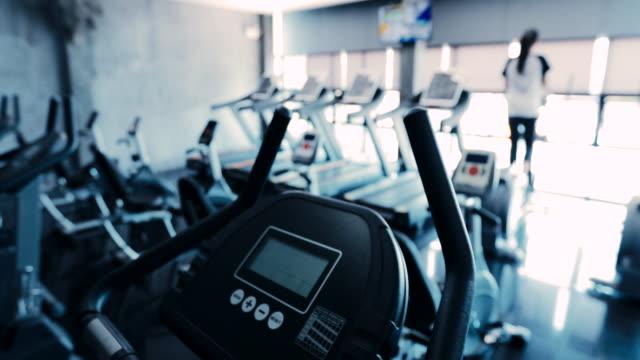 abstrakte unscharfen hintergrund, fitness-center fitnessclub - trainingsraum wohnraum stock-videos und b-roll-filmmaterial