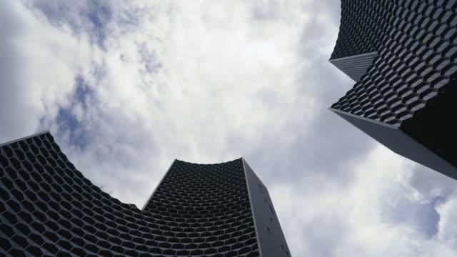 abstrakte gebäude des blauen glaswand von wolkenkratzer in singapur - skyscraper stock-videos und b-roll-filmmaterial