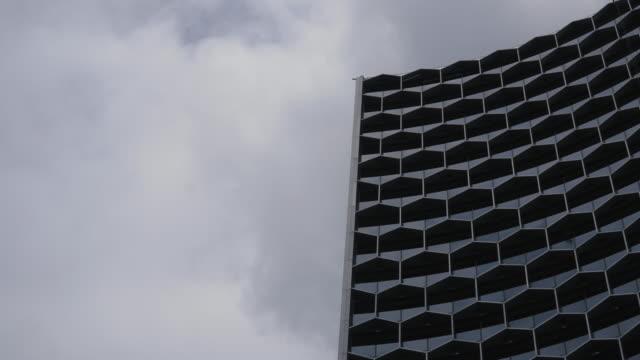 abstrakte gebäude des blauen glaswand von wolkenkratzer in singapur - gebäudefront stock-videos und b-roll-filmmaterial
