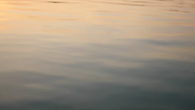 vídeos de stock e filmes b-roll de abstract close-up water wave and sunrise. - territórios ultramarinos franceses