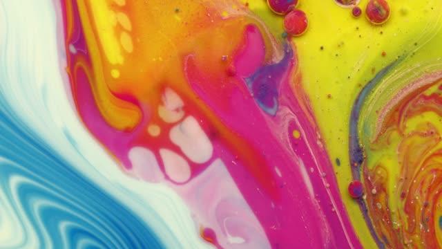Abstracte kleur mix in melk en olie