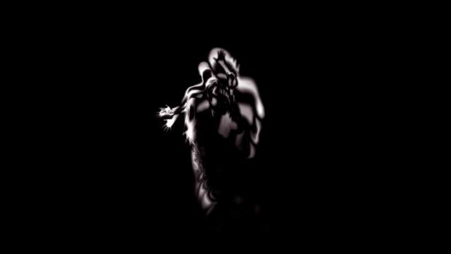 vídeos de stock e filmes b-roll de abstrato silhueta de dançarina rápida - extraterrestre