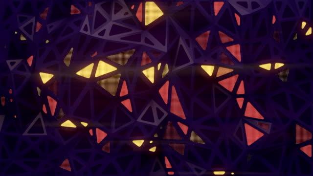 vídeos de stock, filmes e b-roll de fundo geométrico triangular escuro abstrato com áreas de luz brilhantes. animação digital em loop sem costura. renderização 3d. resolução 4k e ultra hd - triângulo formato bidimensional