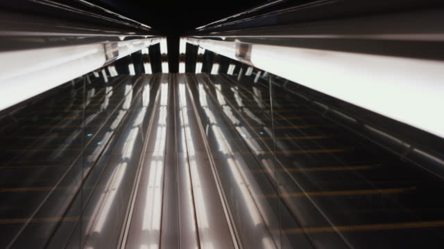 vídeos de stock e filmes b-roll de abstract escalator with lights - luz led
