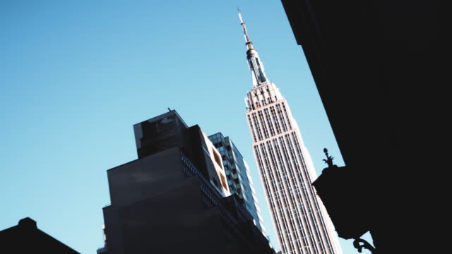 stockvideo's en b-roll-footage met abstract establishing shot of new york city's empire state building. - laag camerastandpunt