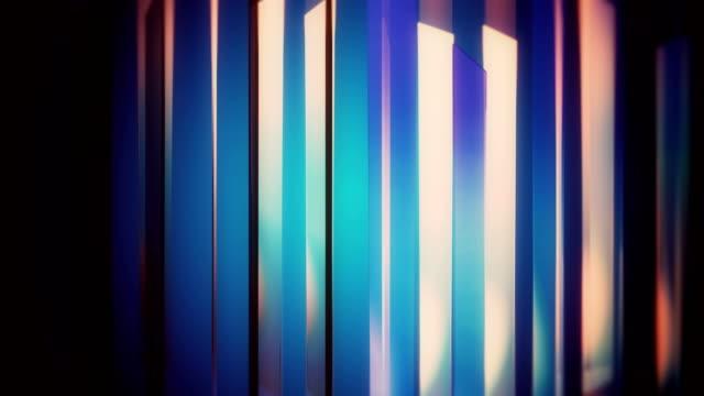 反射ループ背景を持つ抽象的なガラスの形 - スペクトル点の映像素材/bロール