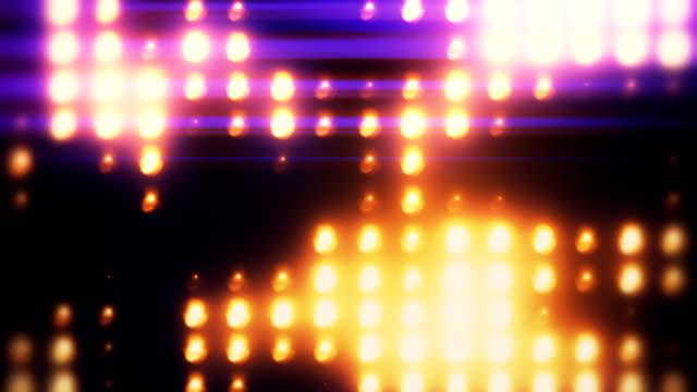 abstraktes goldenes und lila flutlicht-wandgemälde - suchscheinwerfer stock-videos und b-roll-filmmaterial