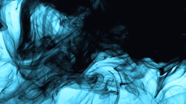 vídeos y material grabado en eventos de stock de la nube de tinta abstracta se arremolina en el agua. - color negro