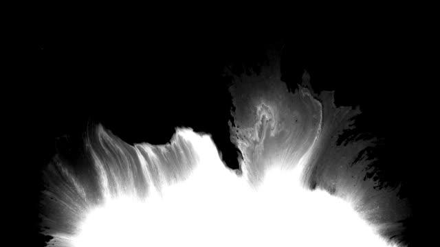 abstract ink splash breitet sich über den bildschirm aus - blut stock-videos und b-roll-filmmaterial