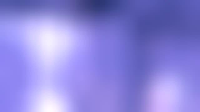 Abstrakte Lichter und dunkle Räume in lila Tönen.