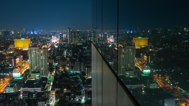 vídeos y material grabado en eventos de stock de noche de la ventana de reflexión de tráfico abstracto - tailandia