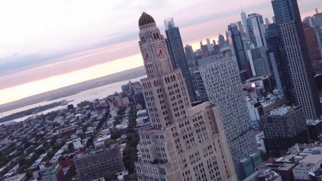 abstratc paralax aerial shot of new york city's williamsburg savings bank in downtown brooklyn. - schrägansicht stock-videos und b-roll-filmmaterial