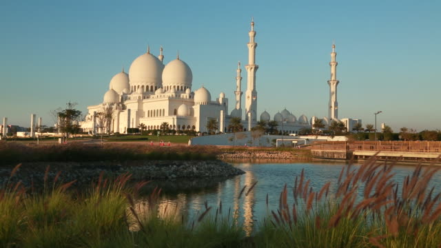 abu dhabi grand mosque at sunset - moschea video stock e b–roll