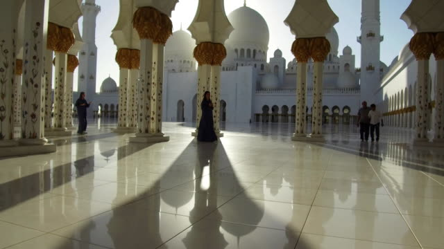 abu dhabi, sheikh zayed grand mosque - five people stock-videos und b-roll-filmmaterial