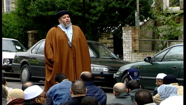 abu hamza and four others to be extradited to united states after losing final appeal; r11040310 / various shots of muslim cleric abu hamza... - 防水シート点の映像素材/bロール