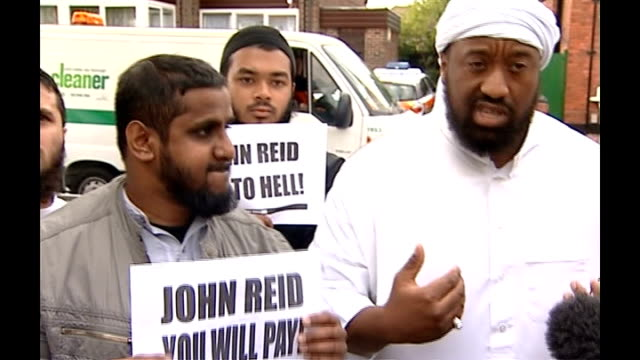abu izzadeen arrested under anti-terror laws; tx 20.9.2006 waltham forest: abu izzadeen with other muslim speaking to press - as men holding 'john... - religion stock-videos und b-roll-filmmaterial