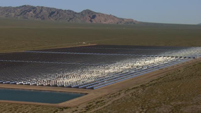 vidéos et rushes de abundant sunlight feeds nevada's solar one power plant near boulder city. - comté de clark nevada