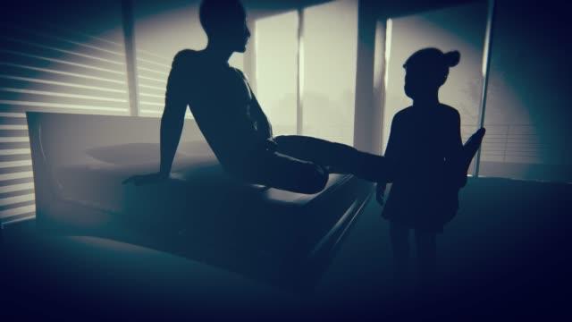小さな女の子と虐待男性 - 性的嫌がらせ点の映像素材/bロール