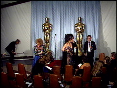 vidéos et rushes de academy awards 1988 press at the 1988 academy awards at the shrine auditorium in los angeles, california on april 1, 1988. - shrine auditorium