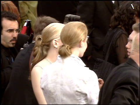 stockvideo's en b-roll-footage met academy awards 2005 2 of 4 entrances/press at the 2005 academy awards at the kodak theatre in hollywood, california on february 27, 2005. - 77e jaarlijkse academy awards