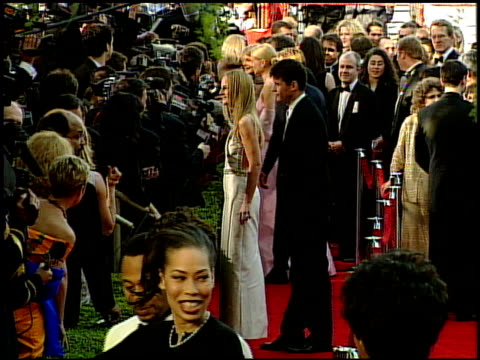 vídeos y material grabado en eventos de stock de academy awards 99 entrance pool feed at the 1999 academy awards at the shrine auditorium in los angeles california on march 21 1999 - 71ª ceremonia de entrega de los óscars
