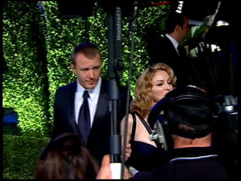 vanity fair oscars party; madonna and guy ritchie arriving - マドンナ点の映像素材/bロール
