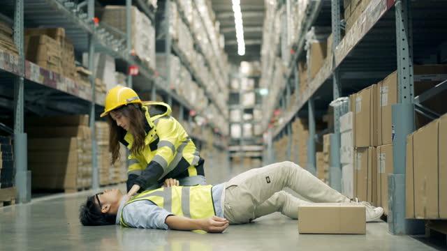 olycka under arbetet på lager - första hjälpen sats bildbanksvideor och videomaterial från bakom kulisserna