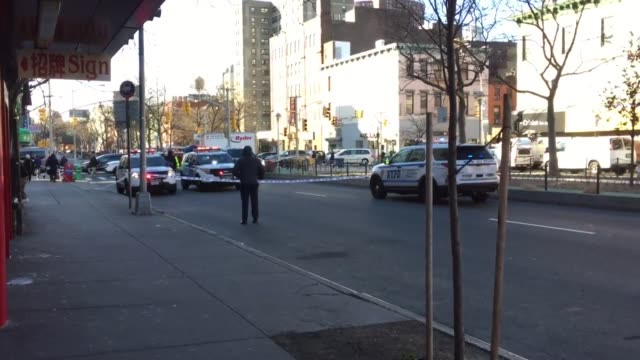 stockvideo's en b-roll-footage met accident investigation corner of allen street. possible hit and run. possible fatality. - bord weg afgesloten
